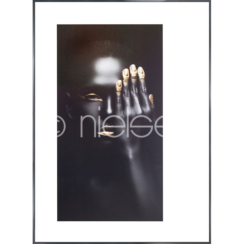 Gerahmte Kunst Black Woman with golden Nails mit Aluminium Bilderrahmen Alpha